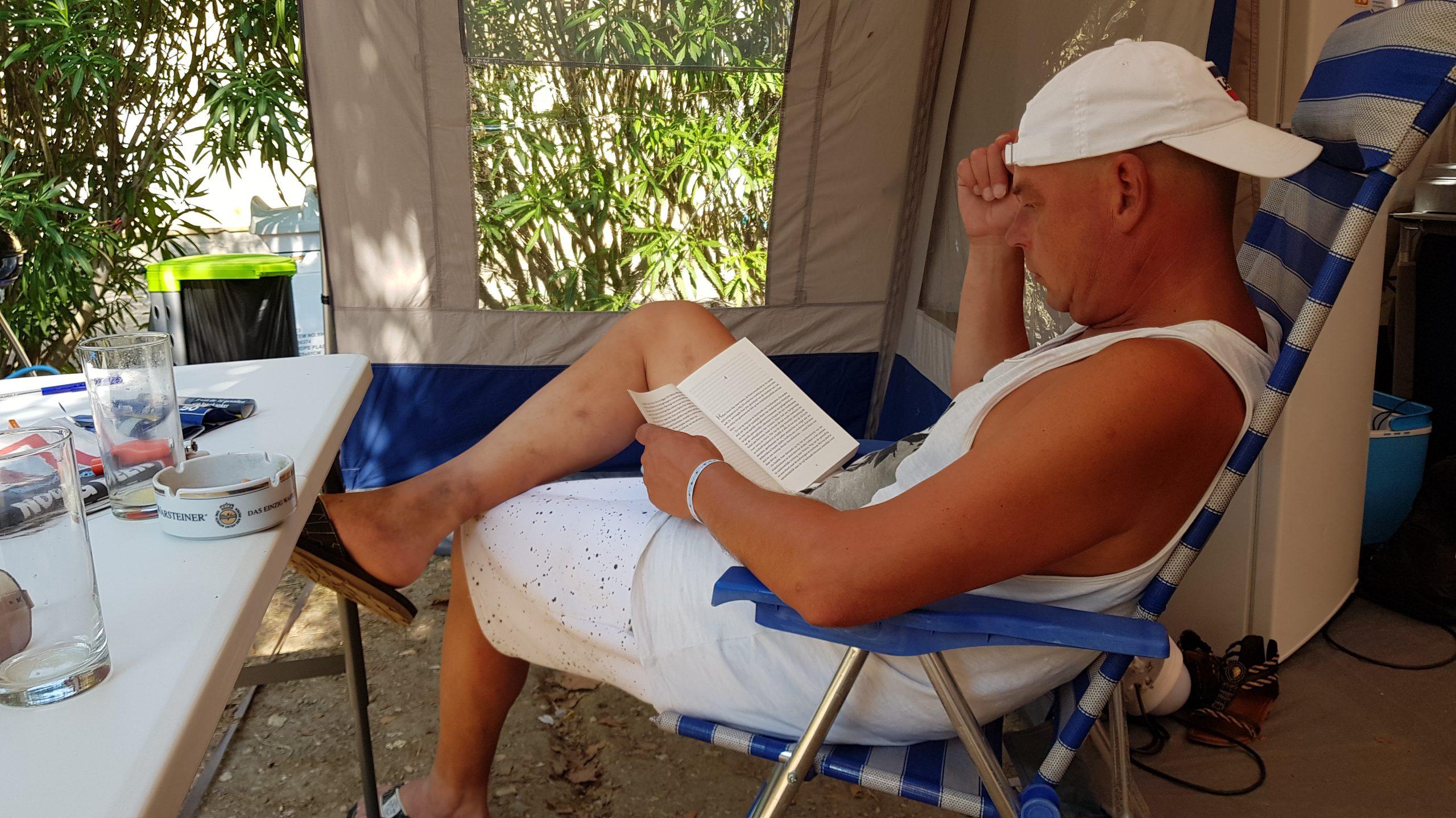 Boekje lezen voor de tent