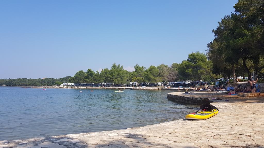 De camping grenst pal aan het water