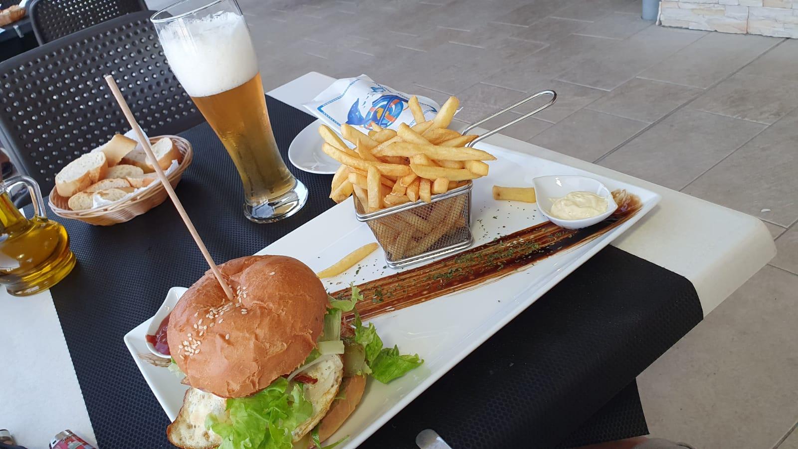 Heerlijke hamburgers bij Restaurant Vala op de camping